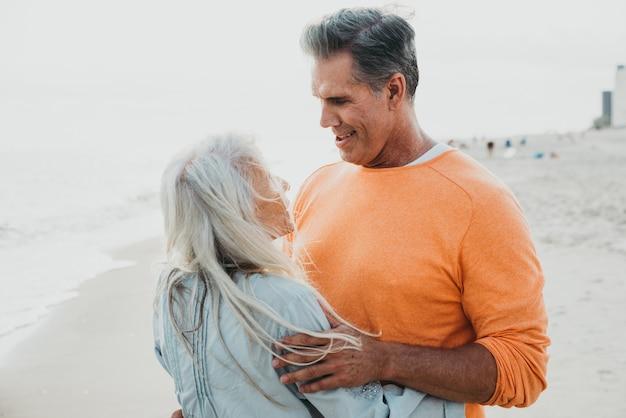 Couple de personnes âgées heureux, passer du temps à la plage. concepts sur l'amour, l'ancienneté et les personnes