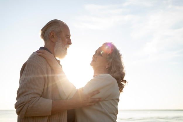 Couple de personnes âgées histoire d'amour