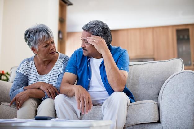 Couple de personnes âgées inquiet de discuter de leurs factures