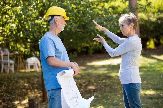 Couple de personnes âgées interagissant les uns avec les autres dans le jardin