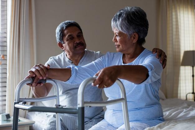 Couple de personnes âgées interagissant les uns avec les autres sur le lit