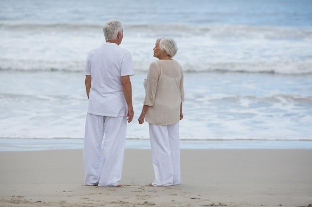 Couple de personnes âgées interagissant entre eux sur la plage