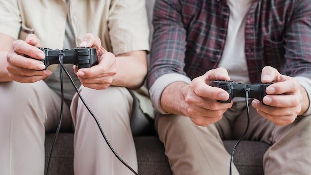 Couple de personnes âgées jouant à des jeux vidéo