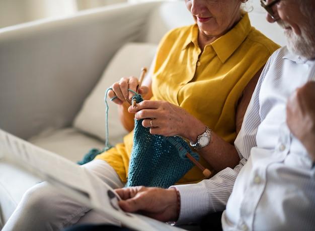 Couple de personnes âgées lire le journal au crochet