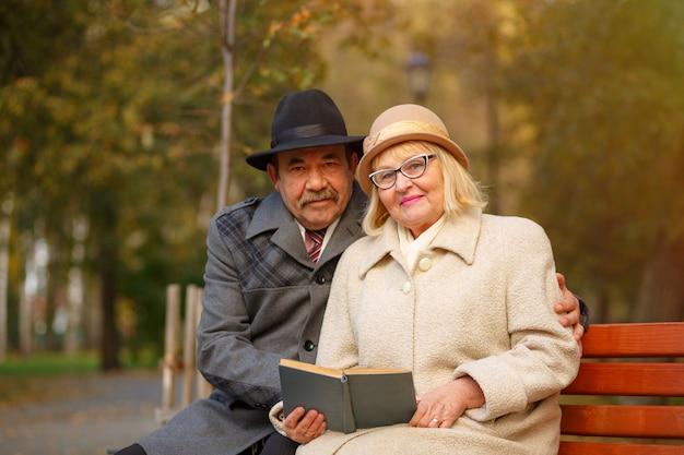Couple de personnes âgées lisant un livre ensemble. concept de famille heureuse
