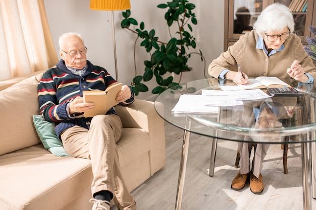 Couple de personnes âgées à loisir