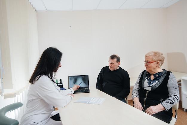 Un couple de personnes âgées lors d'un rendez-vous chez le médecin dans un centre médical. médecine et soins de santé.
