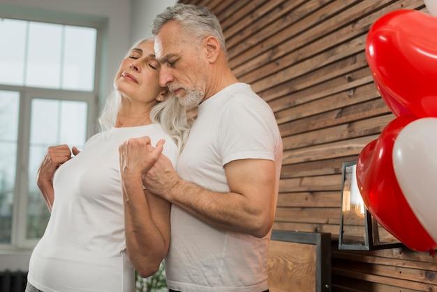 Couple de personnes âgées à la maison le jour de la saint-valentin