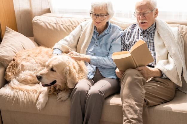 Couple de personnes âgées à la maison