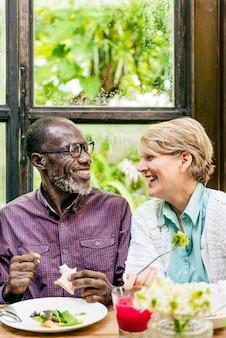 Couple de personnes âgées mangeant bonheur concept gai