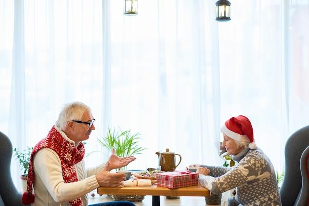 Couple de personnes âgées à manger ensemble à noël