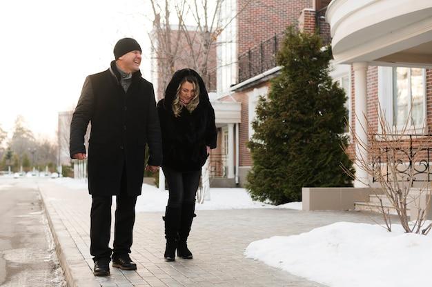 Couple de personnes âgées marchant dans le quartier