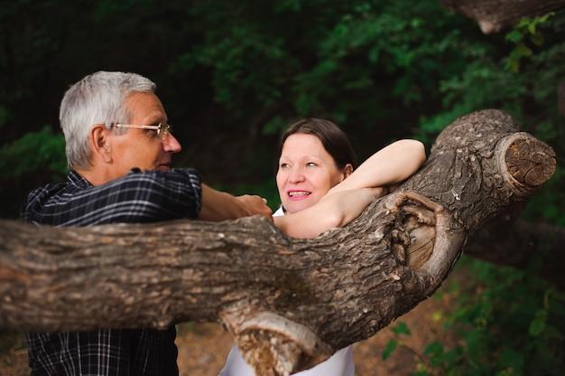 Couple de personnes âgées marchant ensemble dans une forêt, gros plan.
