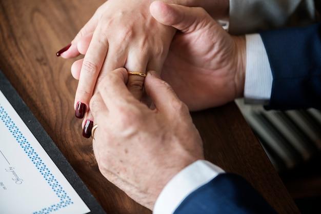 Couple de personnes âgées mariées avec des anneaux