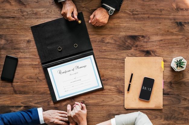 Couple de personnes âgées mariées signant un certificat de mariage