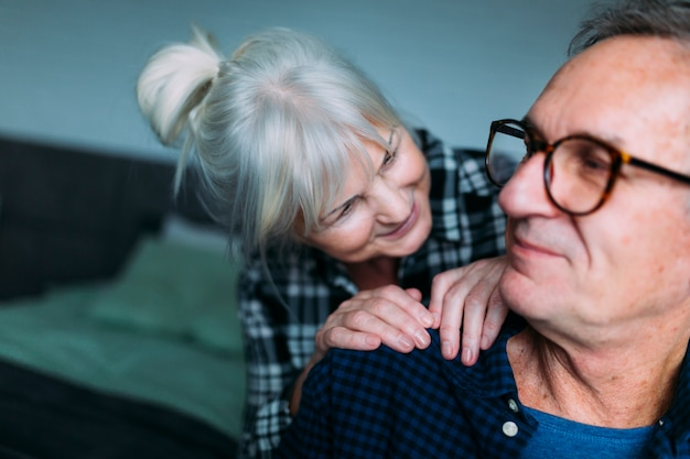 Couple de personnes âgées mignon dans la maison de retraite