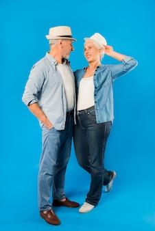 Couple de personnes âgées moderne et cool