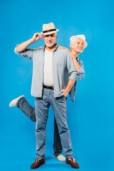Couple de personnes âgées moderne avec radio vintage
