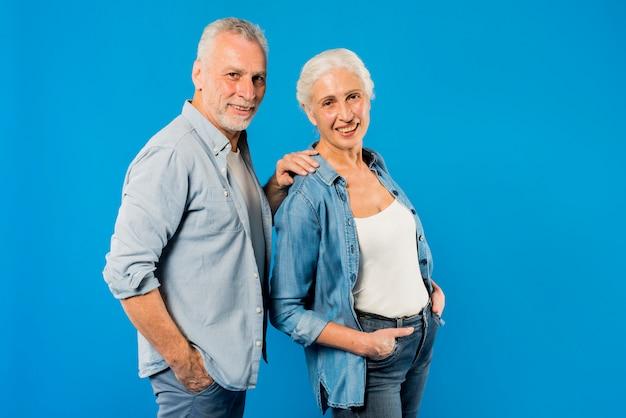 Couple de personnes âgées moderne