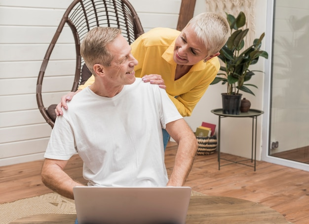 Couple de personnes âgées modernes, passer du temps ensemble