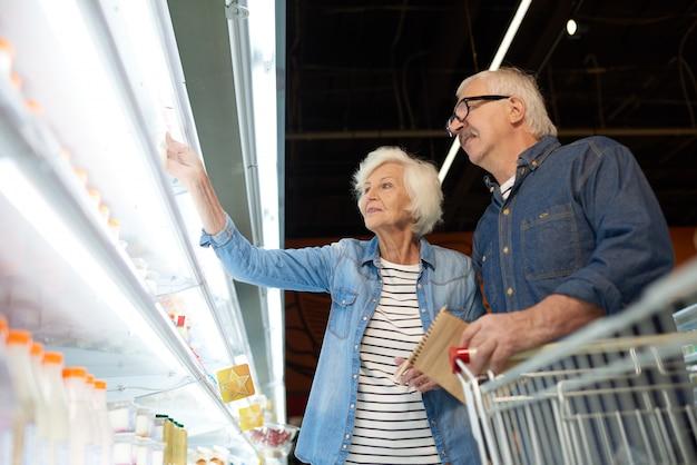 Couple de personnes âgées modernes en supermarché