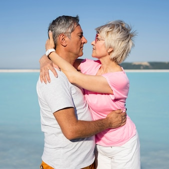 Couple de personnes âgées moment romantique coup moyen