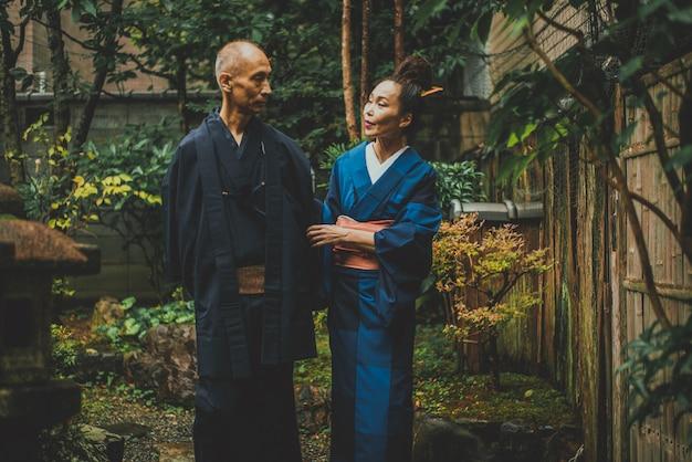 Couple de personnes âgées moments de vie dans une maison japonaise traditionnelle