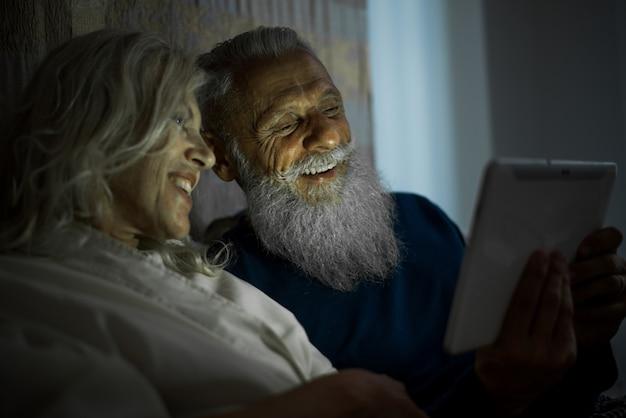 Couple de personnes âgées moments de vie à la maison