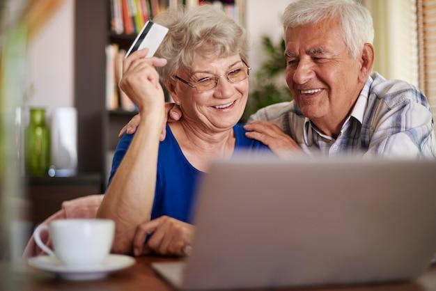 Couple de personnes âgées naviguant sur internet sans aucun problème