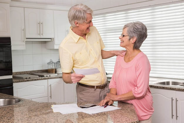 Couple de personnes âgées paient leurs factures