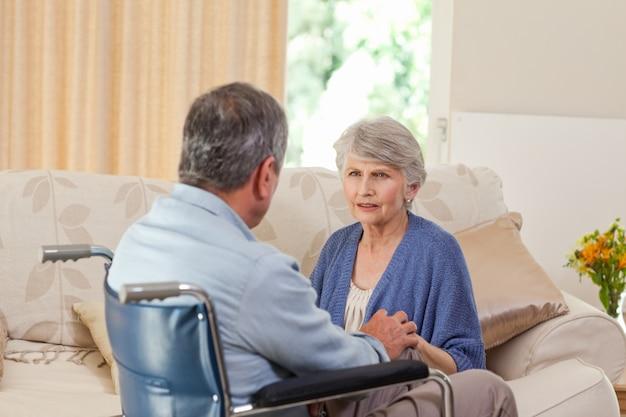 Couple de personnes âgées parlant dans le salon à la maison