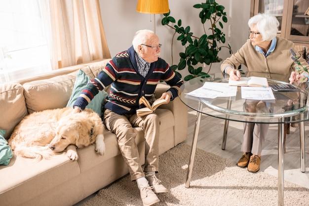 Couple de personnes âgées parler à la maison
