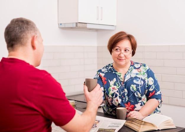 Couple de personnes âgées parler