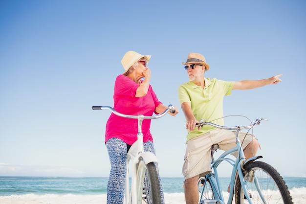 Couple de personnes âgées partant faire du vélo