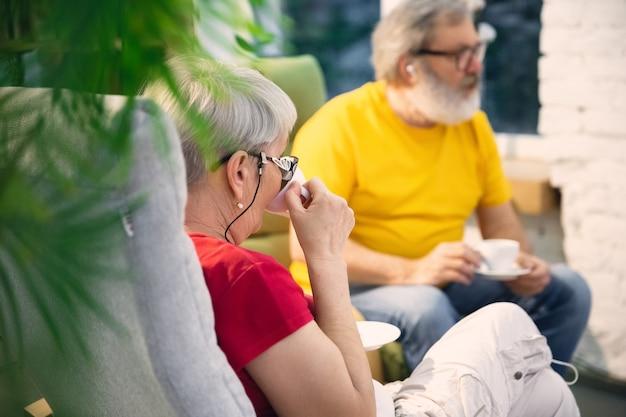 Couple de personnes âgées passant du temps ensemble