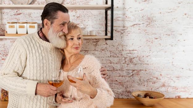 Couple de personnes âgées passer du temps avec copie espace
