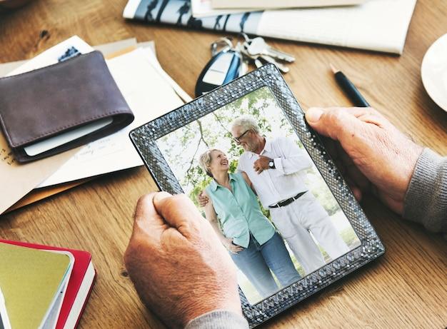 Couple de personnes âgées photo souvenirs concept de cadre photo
