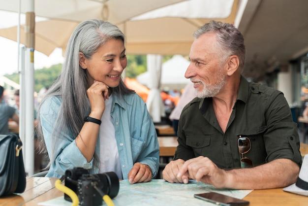Couple de personnes âgées à plan moyen avec appareil photo