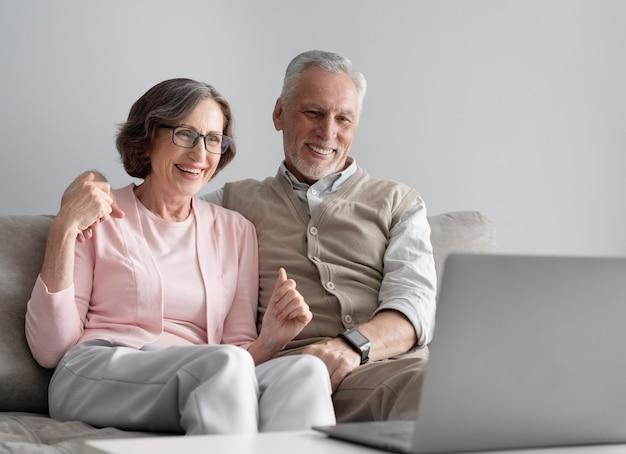 Couple de personnes âgées à plan moyen avec appareil