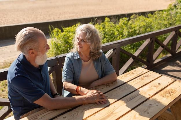 Couple de personnes âgées à plan moyen discutant