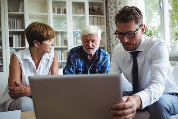 Couple de personnes âgées planifiant leurs investissements avec un conseiller financier