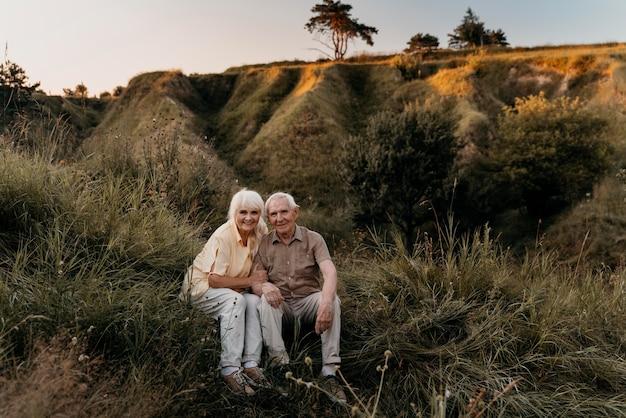 Couple de personnes âgées plein coup dans la nature