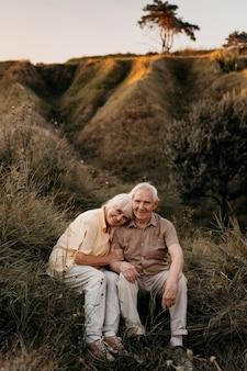 Couple de personnes âgées plein coup à l'extérieur
