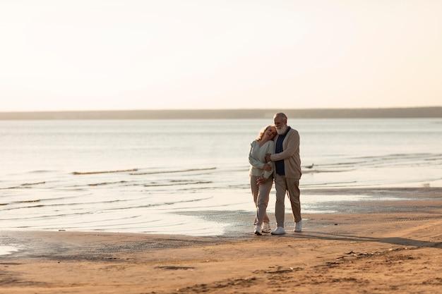 Couple de personnes âgées à plein coup à la plage