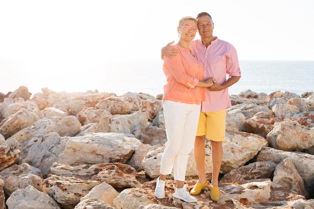 Couple de personnes âgées plein coup posant ensemble