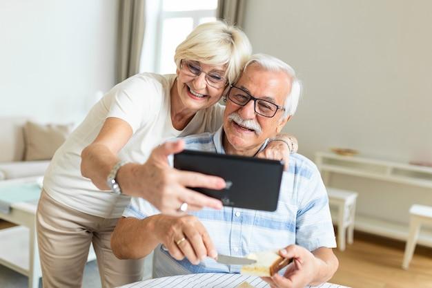Couple de personnes âgées prenant un selfie avec tablette. couple de personnes âgées ayant un appel vidéo avec des amis ou de la famille à l'aide de la tablette