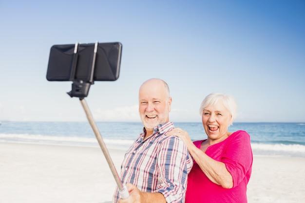 Couple de personnes âgées prenant selfie