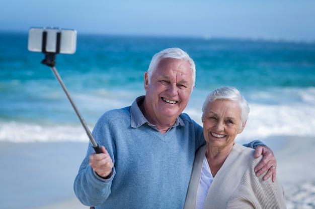 Couple de personnes âgées prenant un selfie