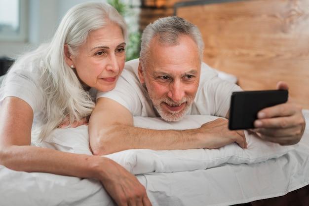 Couple de personnes âgées prenant des selfies le jour de la saint-valentin