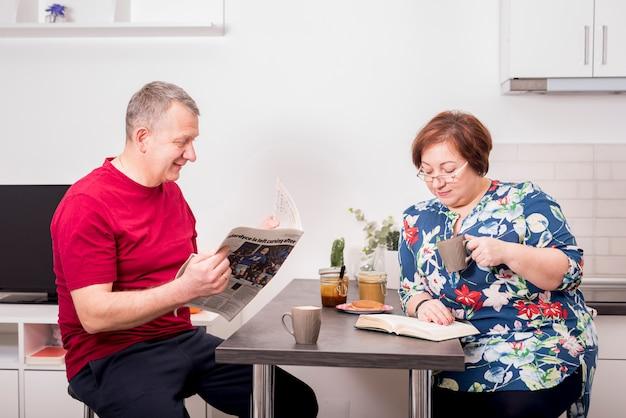 Couple de personnes âgées prenant son petit déjeuner ensemble